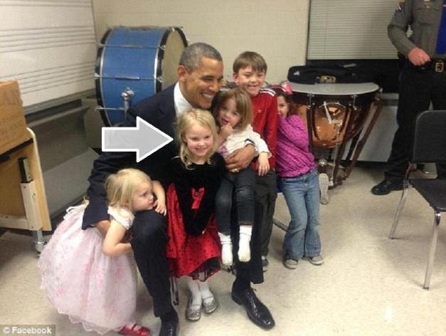 Hijas supervivientes y Emilie Parker, tres días después de la matanza con Obama 01