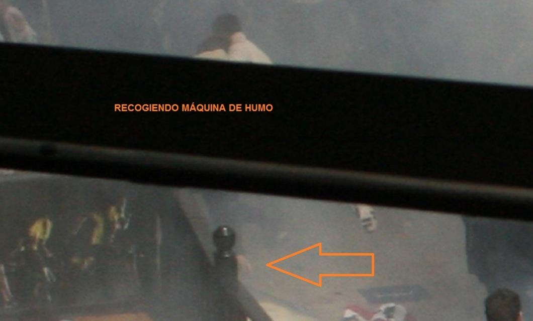TECNICO RECOGIENDO MAQUINA DE HUMO 01
